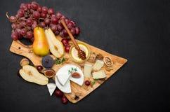 Fetta di brie o formaggio e pera francesi del camembert sul bordo di legno Fotografie Stock