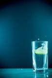 Fetta di cali di limone in un bicchiere d'acqua Fotografia Stock