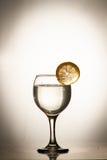 Fetta di cali di limone in un bicchiere d'acqua Fotografie Stock