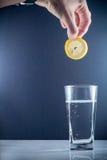 Fetta di cali di limone in un bicchiere d'acqua Immagini Stock