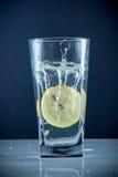 Fetta di cali di limone in un bicchiere d'acqua Fotografie Stock Libere da Diritti