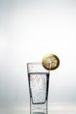 Fetta di cali di limone in un bicchiere d'acqua Immagine Stock