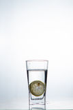 Fetta di cali di limone in un bicchiere d'acqua Immagini Stock Libere da Diritti