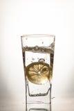 Fetta di cali di limone in un bicchiere d'acqua Fotografia Stock Libera da Diritti