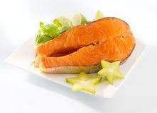 Fetta di color salmone su una zolla Fotografia Stock