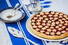 Fetta di crostata di ciliege acida casalinga deliziosa sul piatto Fotografia Stock Libera da Diritti