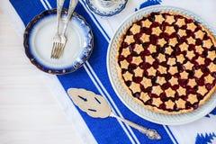 Fetta di crostata di ciliege acida casalinga deliziosa sul piatto Immagini Stock Libere da Diritti