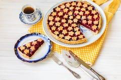 Fetta di crostata di ciliege acida casalinga deliziosa sul piatto Fotografia Stock