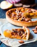 Fetta di crostata con l'inceppamento, le mele ed il caramello della pera Fotografia Stock