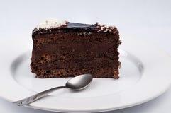 Fetta di dolce con cioccolato e cioccolato lucido con il fla del cacao Immagine Stock Libera da Diritti
