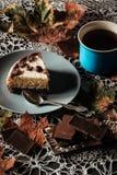 Fetta di dolce con tè Immagine Stock