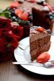 Fetta di dolce di cioccolato sul piatto bianco Fotografie Stock