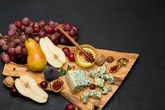 Fetta di formaggio e di pera francesi del roquefort sul bordo di legno Fotografia Stock Libera da Diritti