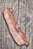 Fetta di lardo del bacon della pancia di carne di maiale sulla vecchia superficie di legno incrinata della Tabella Immagini Stock