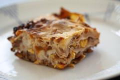 Fetta di lasagne su un piatto Fine estrema sull'immagine con il fuoco selettivo fotografia stock