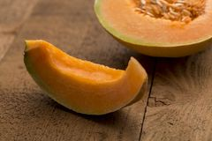 Fetta di melone di recente tagliato Immagini Stock