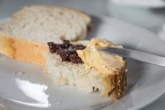 Fetta di pane con burro e pasta di olive Immagine Stock Libera da Diritti