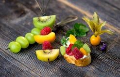 Fetta di pane con frutta fresca Immagini Stock