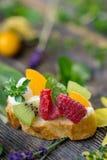 Fetta di pane con frutta fresca Fotografia Stock