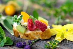Fetta di pane con frutta fresca Fotografia Stock Libera da Diritti
