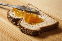 Fetta di pane con ostruzione arancione Immagini Stock Libere da Diritti