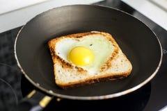 Fetta di pane del pane tostato del cereale con cuore tagliato Immagine Stock Libera da Diritti