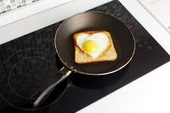 Fetta di pane del pane tostato del cereale con cuore tagliato Fotografie Stock Libere da Diritti