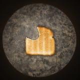 Fetta di pane tostato con i missing del morso. fotografie stock