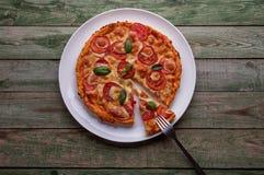 Fetta di pizza con formaggio sul piatto bianco con la forcella Immagine Stock Libera da Diritti