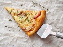 Fetta di pizza di merguez appena fatta Fotografia Stock