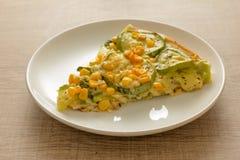 Fetta di pizza: Le guarnizioni sono zucchini, noccioli di cereale e mozzarel fotografia stock libera da diritti