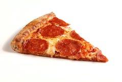 Fetta di pizza di merguez originale classica isolata su fondo bianco fotografie stock