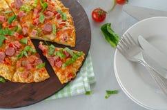 Fetta di pizza saporita sul bordo di legno immagine stock