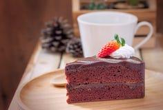 Fetta di torta di cioccolato con le fragole Fotografie Stock Libere da Diritti