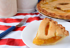 Fetta di torta della frutta sulla tovaglia della bandiera Immagine Stock Libera da Diritti