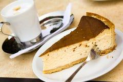 Fetta di torta di formaggio con caffè Fotografia Stock Libera da Diritti