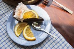 Fetta di torta di formaggio del cioccolato su un piatto blu. Fotografia Stock