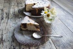 Fetta di torta di formaggio su un piatto di vetro Fotografie Stock