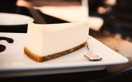Fetta di torta di formaggio sul piatto bianco Fotografia Stock Libera da Diritti