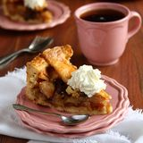 Fetta di torta di mele olandese casalinga  Fotografie Stock