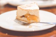 Fetta di torta di formaggio pura Torta di formaggio della pesca fotografie stock