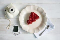 Fetta di torta di formaggio squisita della fragola fotografia stock libera da diritti