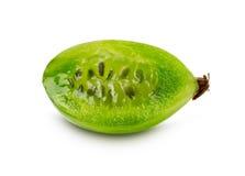 Fetta di uva spina succosa matura sui precedenti bianchi Immagini Stock Libere da Diritti