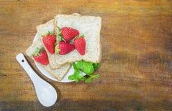 Fetta e fragola del pane integrale Immagini Stock Libere da Diritti
