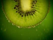 Fetta fresca del kiwi con le bolle Fotografie Stock Libere da Diritti