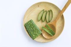 Fetta fresca di aloe vera sul vassoio di legno Immagine Stock