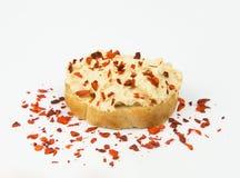 Fetta fresca di pane delle baguette spalmata di formaggio cremoso del cottage con i pomodori ed il peperone secchi fotografia stock