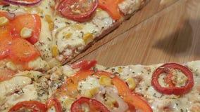 Fetta italiana della pizza presa macro del primo piano calda e saporita stock footage