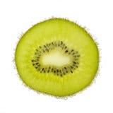 Fetta piacevole di kiwi, coperta di bolle isolate Fotografie Stock Libere da Diritti