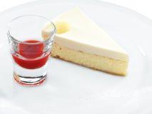 Fetta saporita fresca dolce della torta di formaggio con le bacche rosse Fotografia Stock